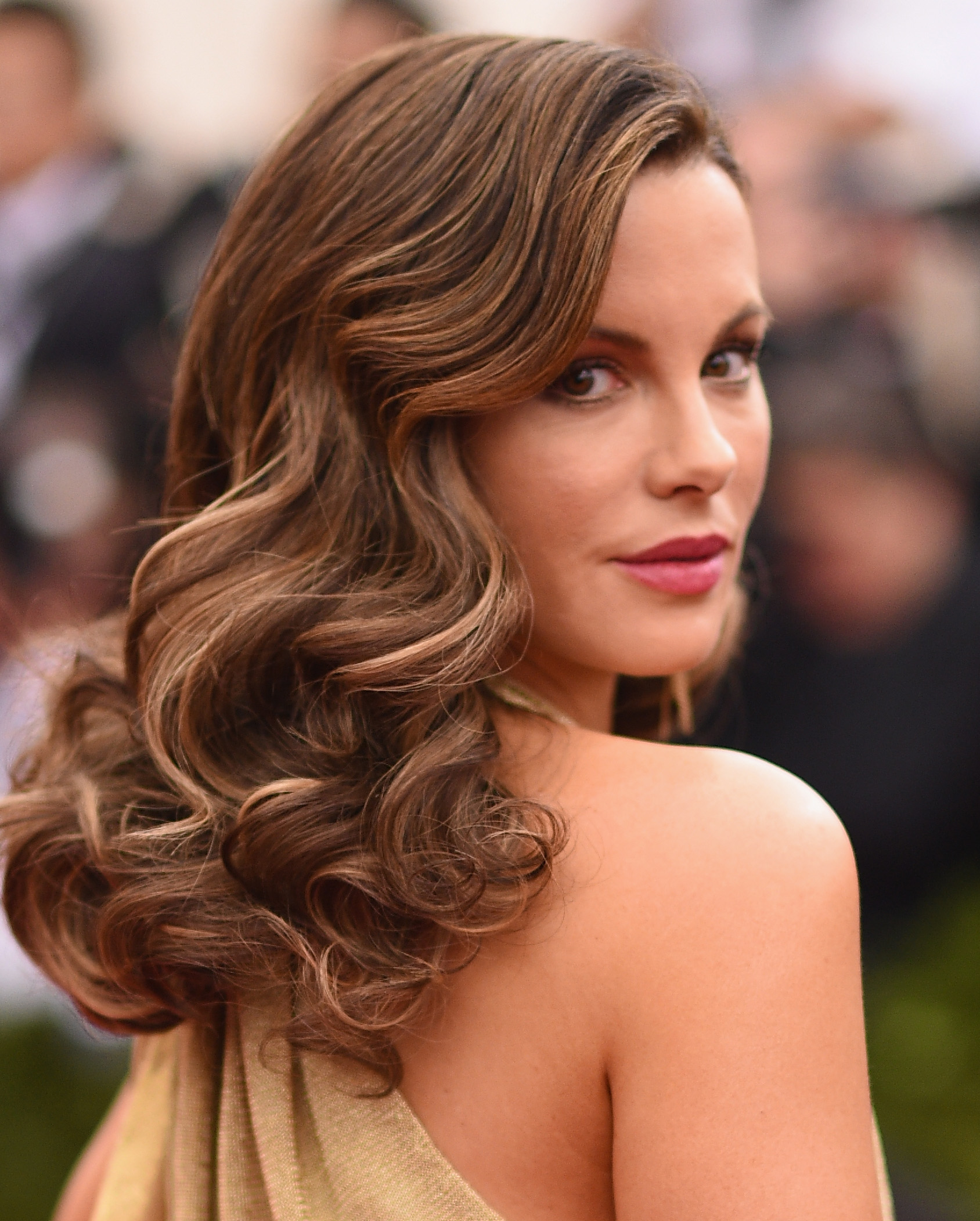 Best Three Attractive And Trendy Out Curls Hairstyle For